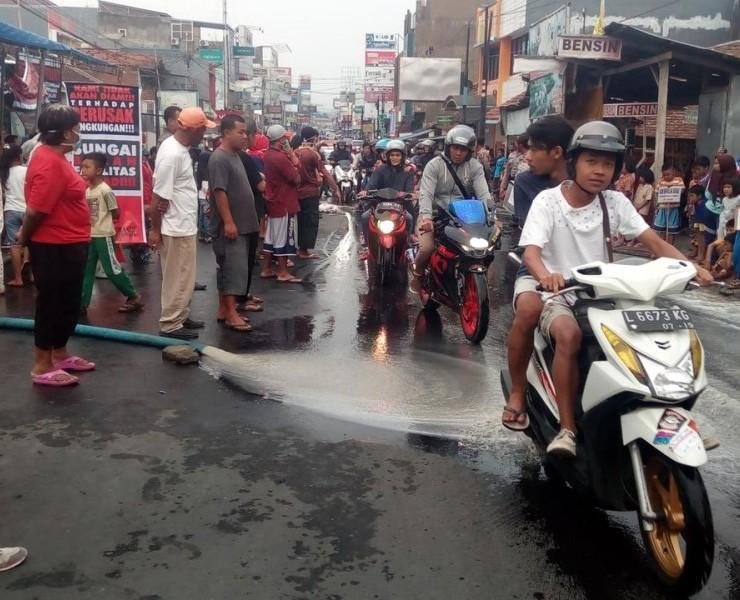Duh, Warga Garut Semprotkan Cairan Limbah Industri Kulit ke Jalan Raya